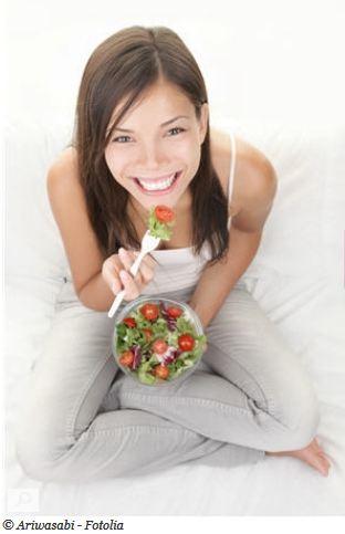 manger des legumes et des salades à la sauce légère